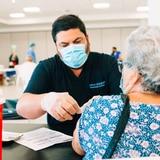 Vacunan a 3,372 personas de 65 años o más en el primer día del VacuTour