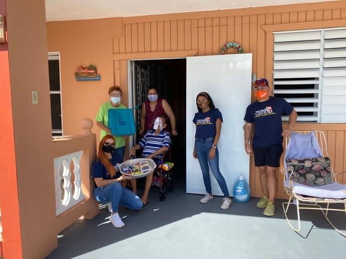 Voluntarios de Puerto Rico Cambia entregando cenas.