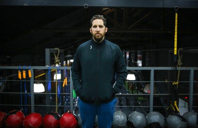 El deportista uruguayo Mijaíl Pedrini posa para una fotografía en el gimnasio Instinto CrossFit el 14 de julio de 2021 en Montevideo (Uruguay).