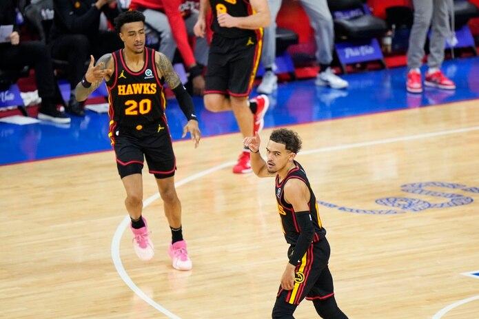 Trae Young de los Hawks de Atlanta reacciona luego de hacer un triple durante la primera mitad del séptimo juego de la serie de playoff de la NBA contra los 76ers de Filadelfia.