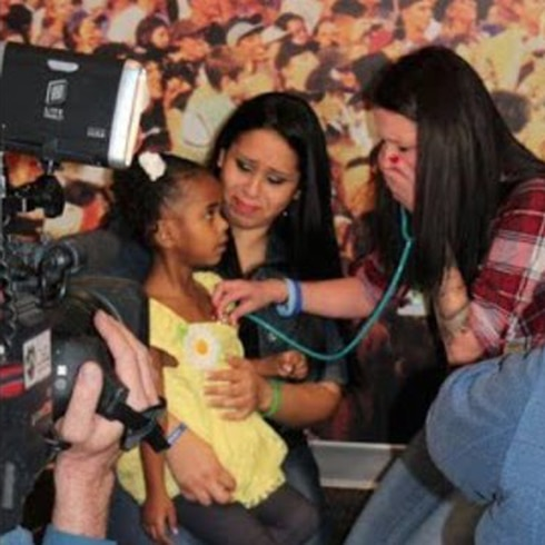 Escucha corazón de su bebé en otro cuerpo