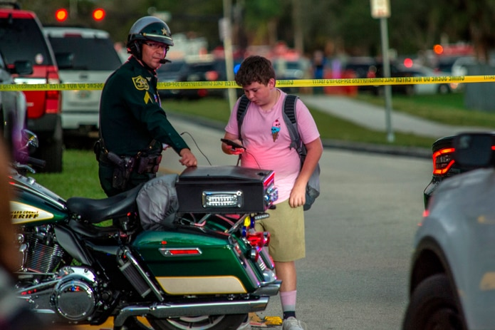 Un policía vigila el lugar donde hubo un homicidio.
