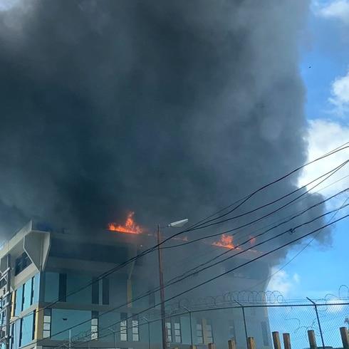 Fuego de grandes proporciones en Río Piedras
