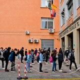 Italia registra 8,800 casos nuevos de COVID-19 mientras debate el regreso a la escuela