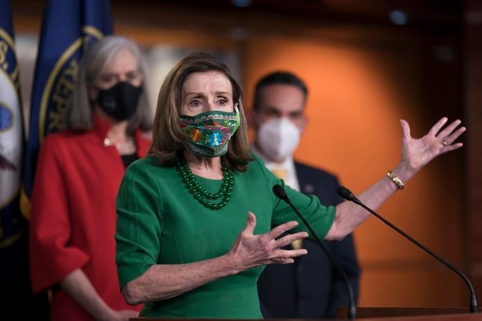 La presidenta de la Cámara de Representantes, Nancy Pelosi, habla con reporteros antes de la aprobación de un paquete de ayudas contra el coronavirus, en el Capitolio, Washington.