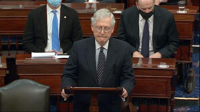 El líder de la mayoría en el Senado, Mitch McConnell, habla en el Capitolio, en Washington.