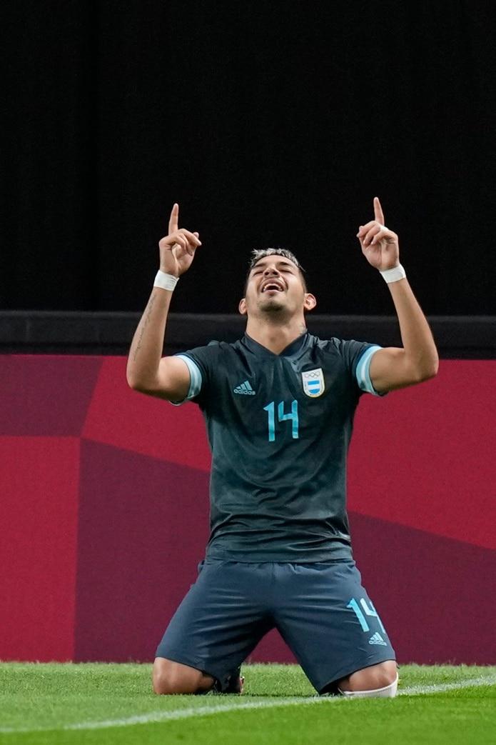El defensor argentino Facundo Medina celebra al marcar el primer gol de su equipo contra Egipto durante un partido por la segunda fecha del fútbol masculino de los Juegos Olímpicos de Tokio.