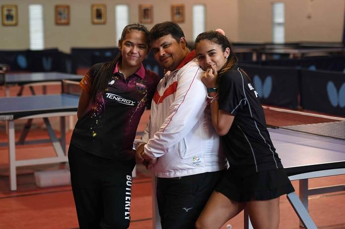 Adriana (izquierda) y Bladimir  Díaz (al centro), aquí acompañados de Melanie Díaz, están en República Dominicana. (Archivo / GFR Media)