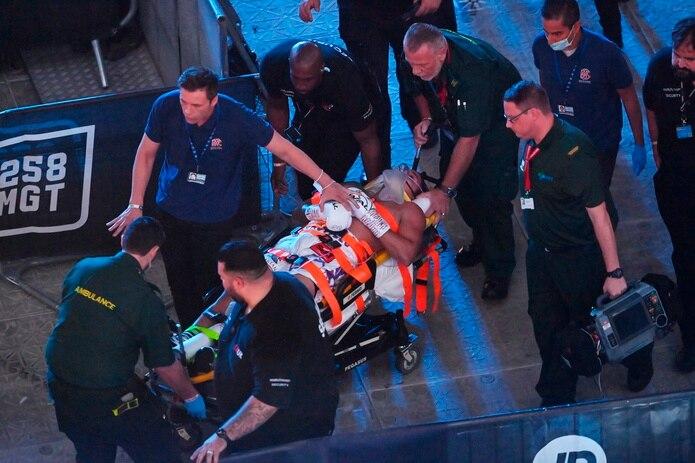 Lenin Castillo tuvo que ser llevado al hospital en camillas desde el ring después de sufrir su nocaut.