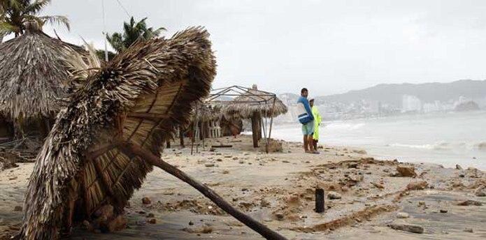 El Centro Nacional de Huracanes de Estados Unidos advirtió de que se esperaba que Carlos volviera a convertirse en huracán el martes de madrugada. (EFE)