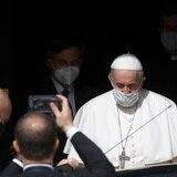 Papa besa tatuaje en el brazo de sobreviviente del holocausto
