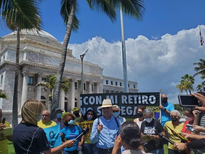 El portavoz del capítulo de Jubilados y Jubiladas de la FMPR, Pedro Pastrana Ortiz dijo que la Ley del Retiro Digno establece una política pública de cero recortes a las pensiones y la protección de los servicios esenciales al pueblo.