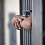 Encarcelan a hombre acusado de maltrato conyugal