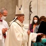 El papa celebra la Misa del Gallo más solitaria y llama a la fraternidad
