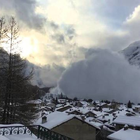 Impresionante avalancha de nieve en los Alpes franceses