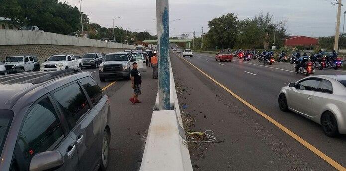 El piquete se formó antes de la salida 214 en la PR2, que conduce hacia la carretera 127. Se le conoce como la salida de Tallaboa y es la que han estado tomando los camioneros con escolta policiaca para dirigirse al vertedero. (Suministrada)