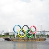 Quitan los anillos olímpicos de la Bahía de Tokio