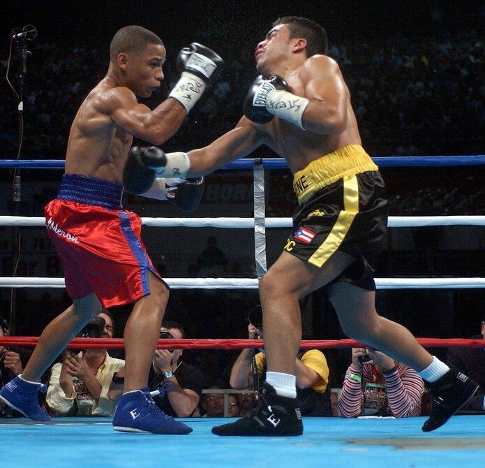 En el 2003, Iván Calderón superó a Alex Sánchez por decisión unánime para retener la faja de la Organización Mundial de Boxeo (OMB), versión de las 105 libras.