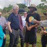 Bill y Hillary Clinton visitan finca en Las Piedras