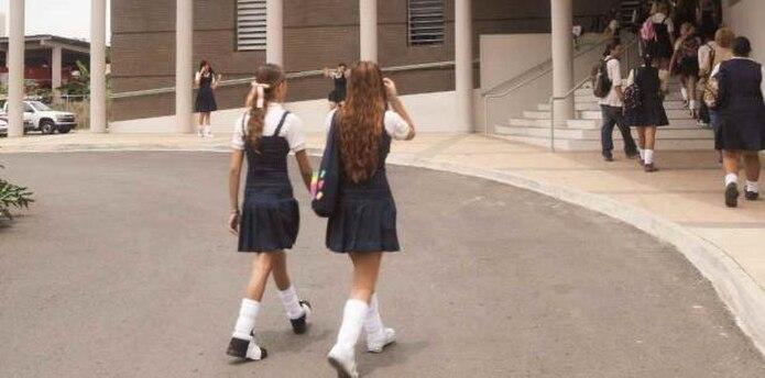 Varias estudiantes de escuela superior entran a una escuela. (Archivo)