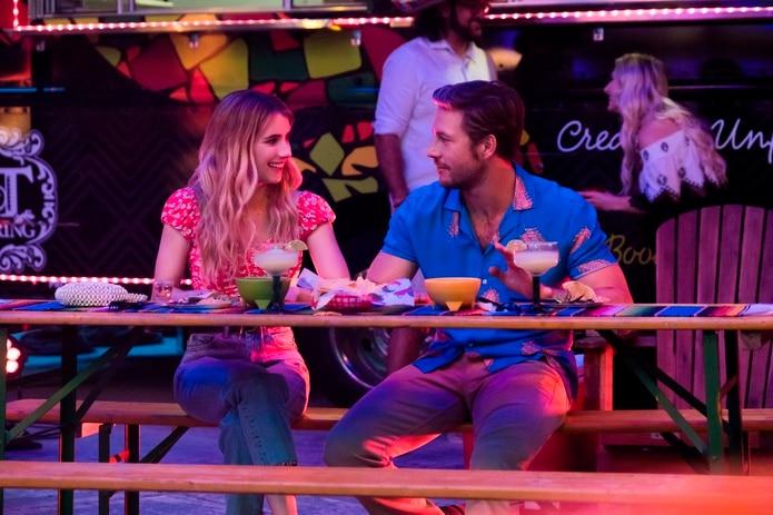 """La actriz Emma Roberts como Sloane Reed y el actor Luke Bracey como Jackson, durante una escena de """"Holidate""""."""
