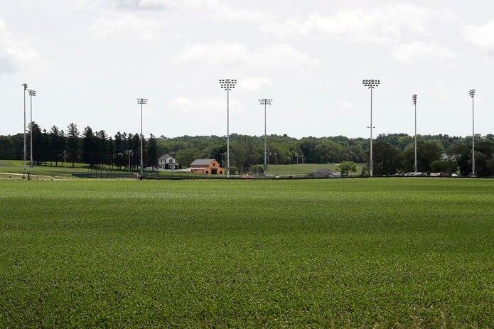 El estadio de béisbol hecho para el momento requirió la eliminación de 30,000 yardas cúbicas de material y la instalación de 4,000 toneladas de arena y otras 2,000 toneladas de gravilla.