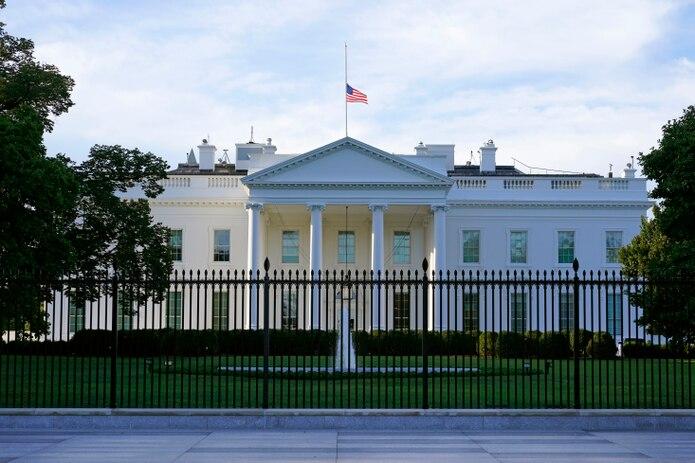 Una bandera estadounidense ondea a media asta en la Casa Blanca, en Washington.