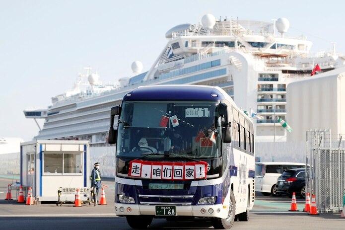 Algunos expertos y pasajeros han criticado la cuarentena, al señalar que las medidas contra el contagio eran insuficientes.