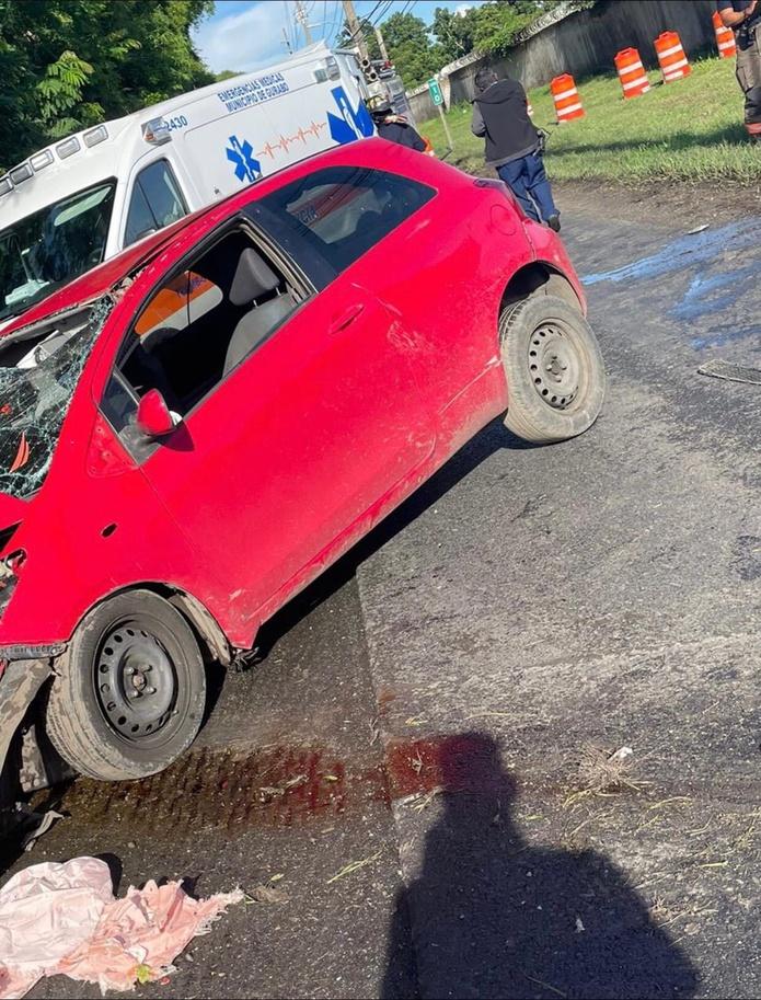 La pasajera del vehículo, que impactó un poste de cemento, salió expulsada al pavimento y murió en la escena.