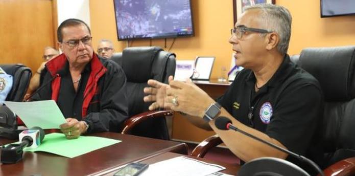 En la foto, el alcalde de Lajas, Marcos Irizarry, junto all director del Negociado de Manejo de Emergencias y Administración de Desastres (NMEAD) en la región de Mayagüez, Alberto Trabal (Para Primera Hora / Lester Jiménez)