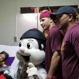 Los Indios alegran a niños hospitalizados
