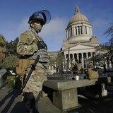Irreconocible Washington con militares y alambre de púas