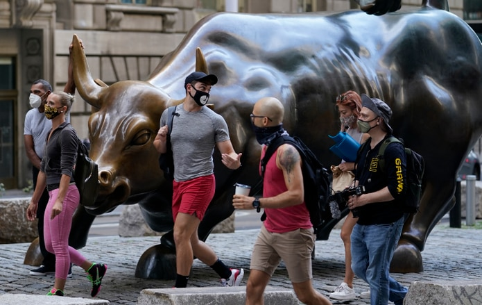 Personas usan mascarillas en Nueva York.