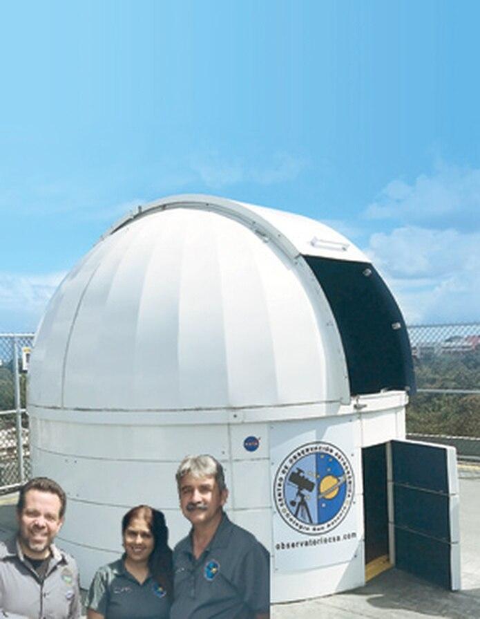 Juan Villafañe, presidente de la Sociedad de Astronomía de P.R., junto con los profesores Jozairaf Asad y Juan Carlos Velázquez. (Suministrada)