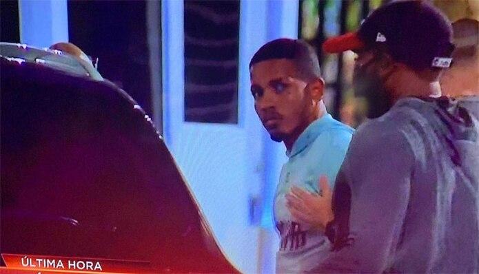 Félix Verdejo se entregó esta noche a las autoridades federales. Esta captura de la transmisión de Telenoticias muestra el momento en que es arrestado.