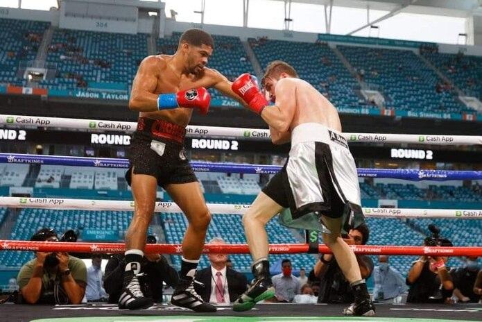 Torres castiga a Kuhn durante el combate que tuvo como escenario el Hard Rock Stadium en Miami, Florida.