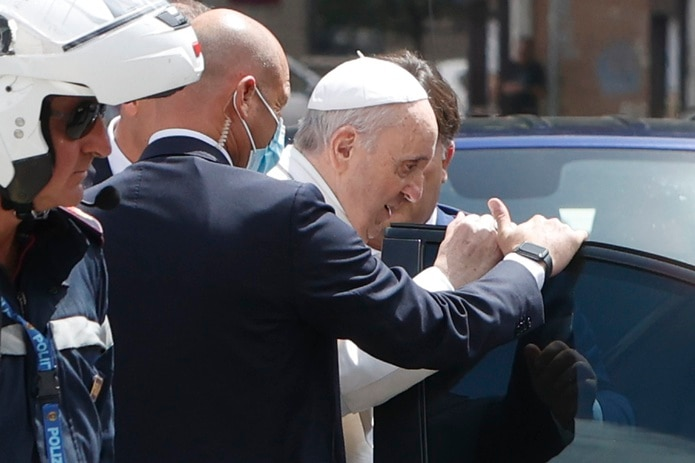 El papa Francisco se detuvo para saludar a la policía que lo escoltó cuando llega al Vaticano después de salir del hospital.