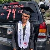 Abuelita logra grado universitario a sus 74 años