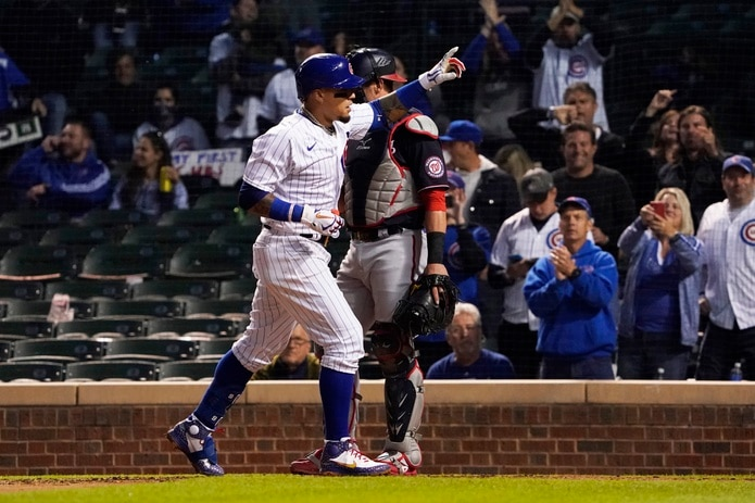 Tras pegar su cuadrangular, Javier Báez, de los Cubs, gesticula durante el desafío del lunes ante Washington.