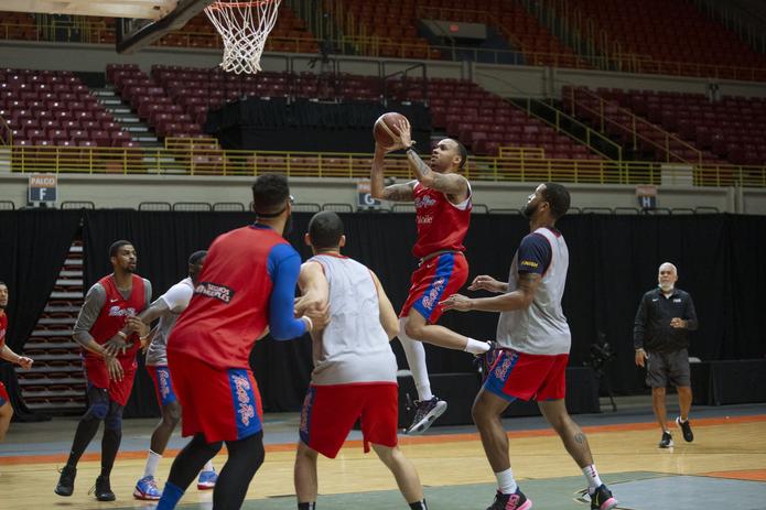 Shabazz Napier, con el balón, le dará más profundidad al perímetro de Puerto Rico.