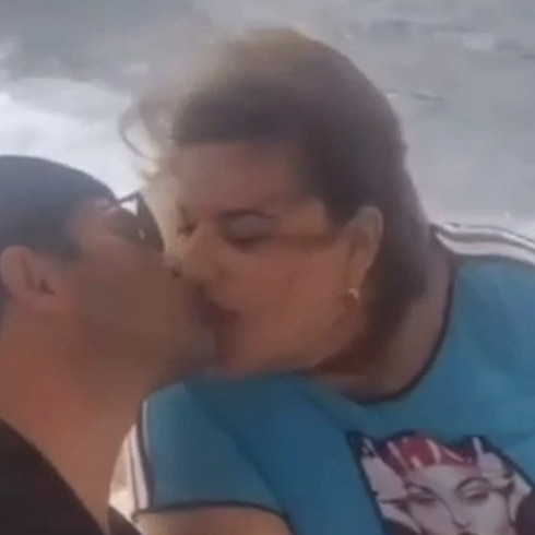 Jenniffer González y su novio se dan cariño en el mar