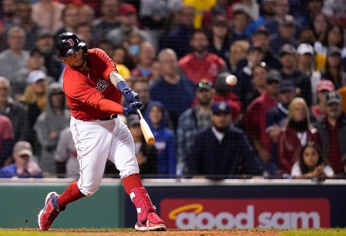 Christian Vázquez completa el swing de cuadrangular que le dio la victoria este domingo a los Red Sox de Boston en entradas extras.