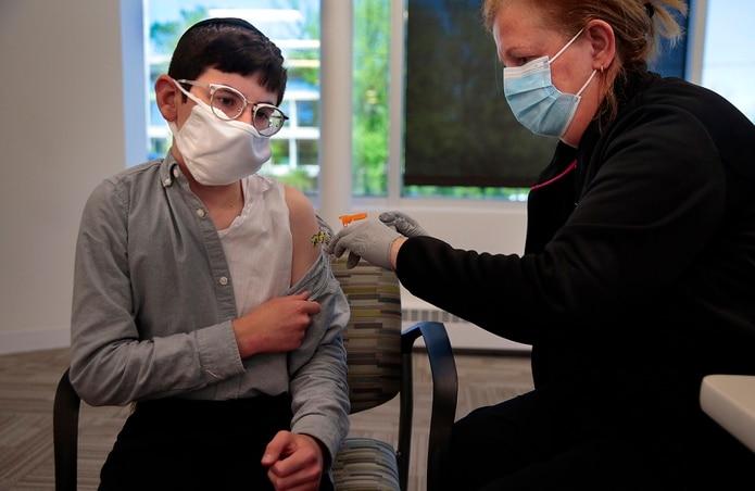 David Goldman, de 14 años, recibe la primera dosis de la vacuna de Pfizer-BioNTech en una clínica en Missouri.