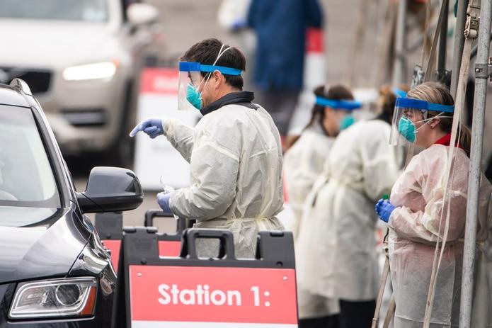 Estados Unidos entra en la tercera ola de la pandemia con 140,000 casos diarios de COVID-19.