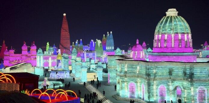 El Harbin Ice-Snow World, reúne más de 2,000 esculturas creadas con 180,000 metros cúbicos (240.000 yardas cúbicas) de hielo recogido del río Songhua por casi un millar de trabajadores. (AP)