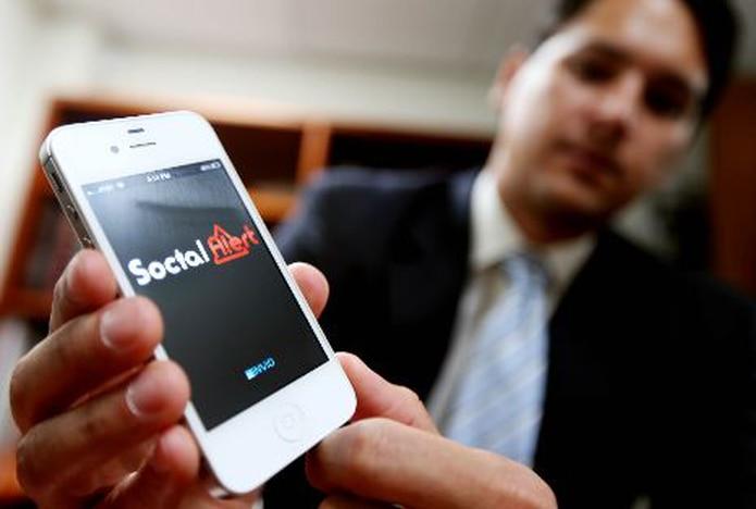 """Alberto Lugo, creador de Social Alert, muestra cómo funciona el programa en las unidades móviles y cuán útil es al momento de enfrentar una emergencia. Abajo, un ejemplo del mensaje de alerta generado por el programa.&nbsp;<font color=""""yellow"""">(juan.alicea@gfrmedia.com)</font>"""