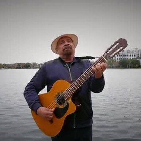 """""""El Jíbaro"""" sale de la montaña y le canta a Orlando bajo el frío"""