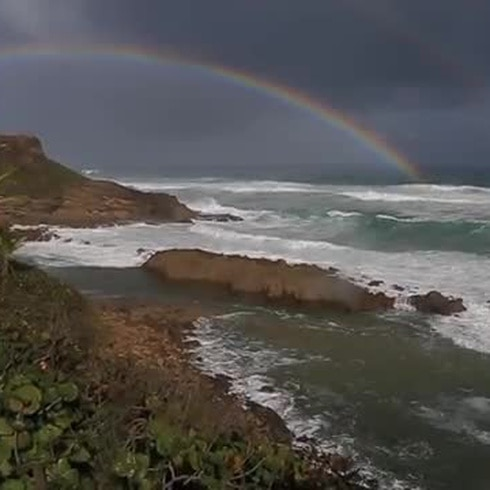 Intenso oleaje golpea las costa norte de Puerto Rico