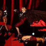 De Madonna a Lady Gaga: las caídas más sonadas en los escenarios