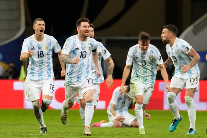 Lionel Messi (10) celebra con sus compañeros de Argentina tras ganar mediante tanda de penaltis a Colombia y pasar a la final de la Copa América.